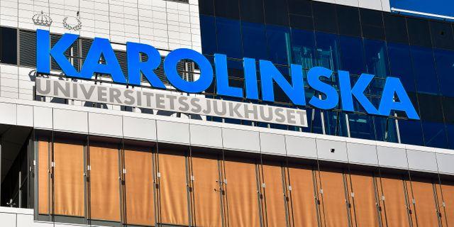 Fasadskylt vid Nya Karolinska universitetssjukhuset i Solna. Jonas Ekströmer/TT / TT NYHETSBYRÅN