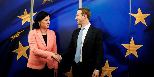 EU-kommissionens Vera Jourova och Facebooks Mark Zuckerberg KENZO TRIBOUILLARD / TT NYHETSBYRÅN