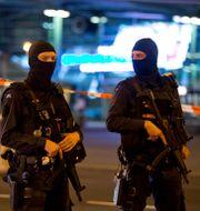 Arkivbild från 2016. Militärpolis utanför flygplatsen Schiphol i Amsterdam.  Peter Dejong / TT / NTB Scanpix