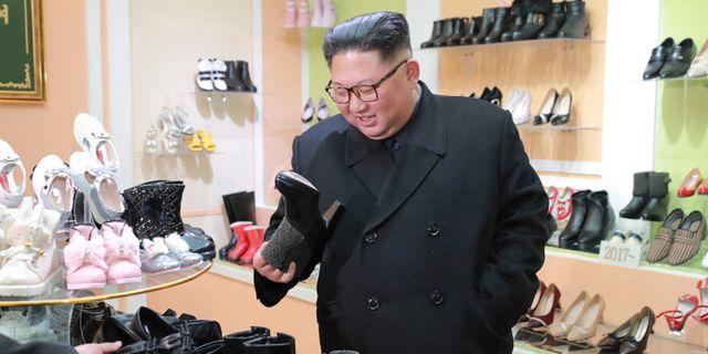 Kim Jong-Un besöker en skofabrik KCNA / TT NYHETSBYRÅN