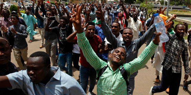 Firande i Khartoum den 4 augusti när parterna skrev under ett avtal om att dela makten.  TT NYHETSBYRÅN/ NTB Scanpix