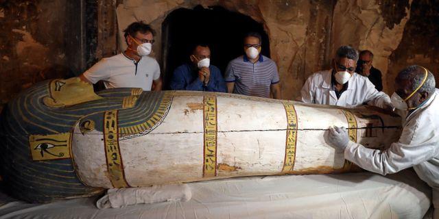 Egyptens antikminister inspekterar det nya fyndet.  MOHAMED ABD EL GHANY / TT NYHETSBYRÅN
