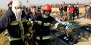 Räddningsinsatsen på platsen där planet störtade. Ebrahim Noroozi / TT NYHETSBYRÅN