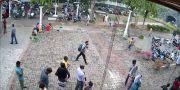 En av självmordsbombarna fångades av en övervakningskamera. REUTERS TV / TT NYHETSBYRÅN