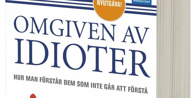 """""""Omgiven av idioter"""" av Thomas Eriksson. Bokförlaget Forum"""