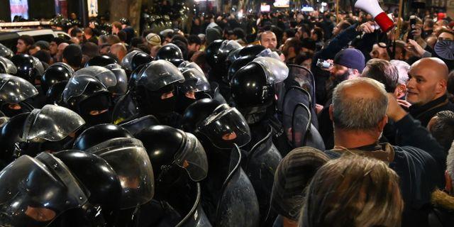 Många poliser hade utkommenderats till tre biografer i Tbilisi i Georgien. VANO SHLAMOV / AFP