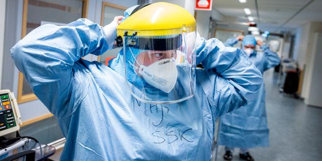 Personal vid intensiven på Nyköpings Lasarett tar på sig skyddsutrustning vid arbetet med patienter med covid-19. Magnus Andersson/TT / TT NYHETSBYRÅN
