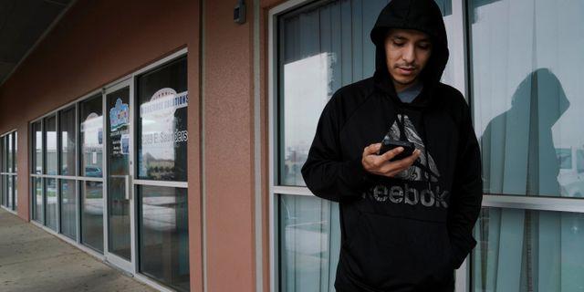 Alberto Mendoza i Texas tittar på telefon för att ansöka om arbetslöshetsunderstöd. VERONICA CARDENAS / TT NYHETSBYRÅN