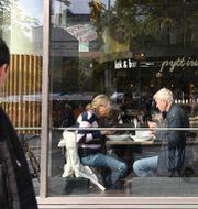 Lunchätande stockholmare på Pytterian dagen då coronarestriktionerna lyftes. Anders Wiklund/TT / TT NYHETSBYRÅN