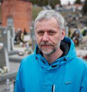 Ihor Kontjevytj på en kyrkogård i Lviv.  GLEB GARANICH / TT NYHETSBYRÅN
